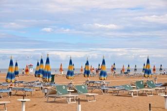Лежаки на пляже в Римини. Италия
