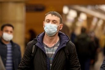 В Петербурге требуют надеть маски на входе в метро