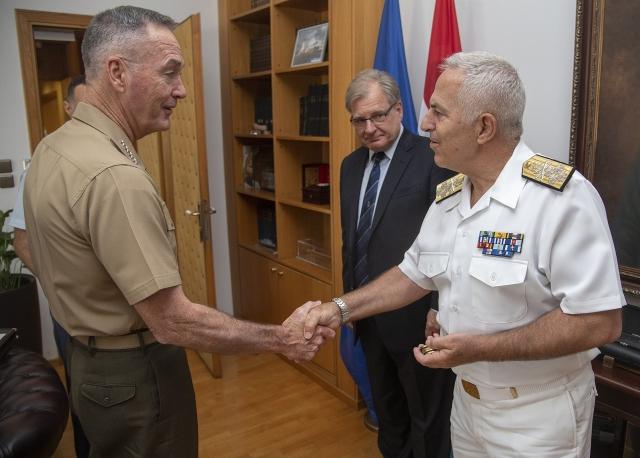 Генерал морской пехоты  США Джо Данфорд(слева) встречается с адмиралом ВМС Греции Евангелосом Апостолакисом(справа)
