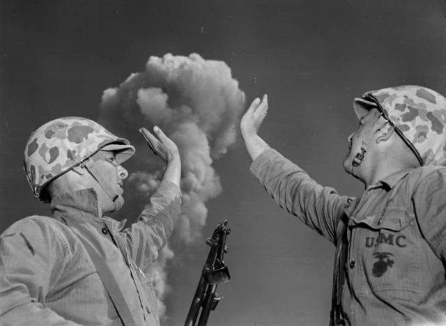 Два солдата США сразу после того, как была взорвана ядерная бомба. 1952