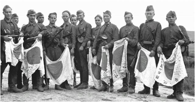 Японские флаги в руках бойцов Красной армии