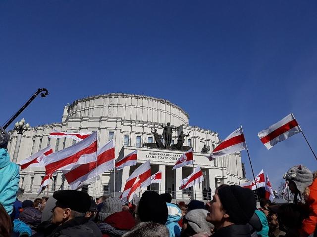 Бело-красно-белый флаг. Протест белорусской оппозиции. Минск. 2018