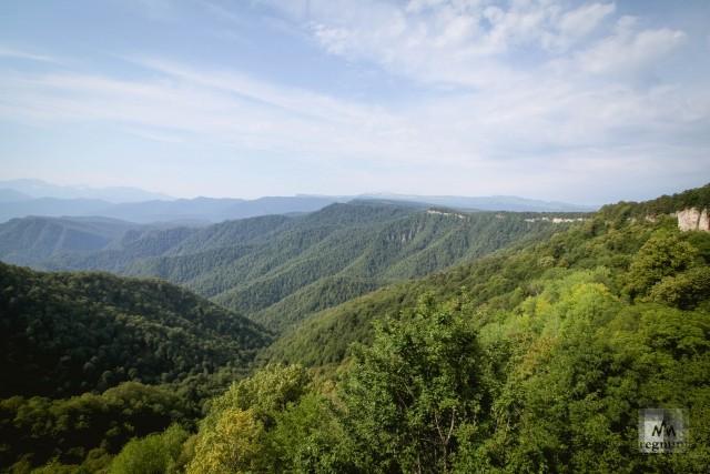 Вид на горы со смотровой площадки в турбазе «Горное настроение»