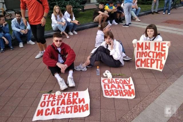Протестующие на площади Независимости около Дома правительства в Минске