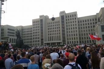 Протестующие на площади Независимости в Минске