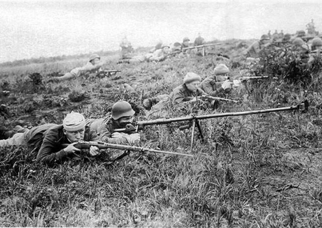 Советские бронебойщики на острове Шумшу в ходе Курильской десантной операции. Август 1945