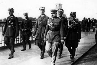 Юзеф Пилсудский на мосту Понятовского в Варшаве во время майского переворота. 13 мая 1926