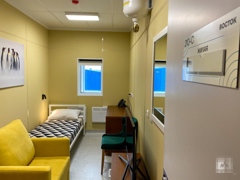 Большая часть второго этажа отведена под жилые комнаты, которые рассчитаны на одного-два человека.