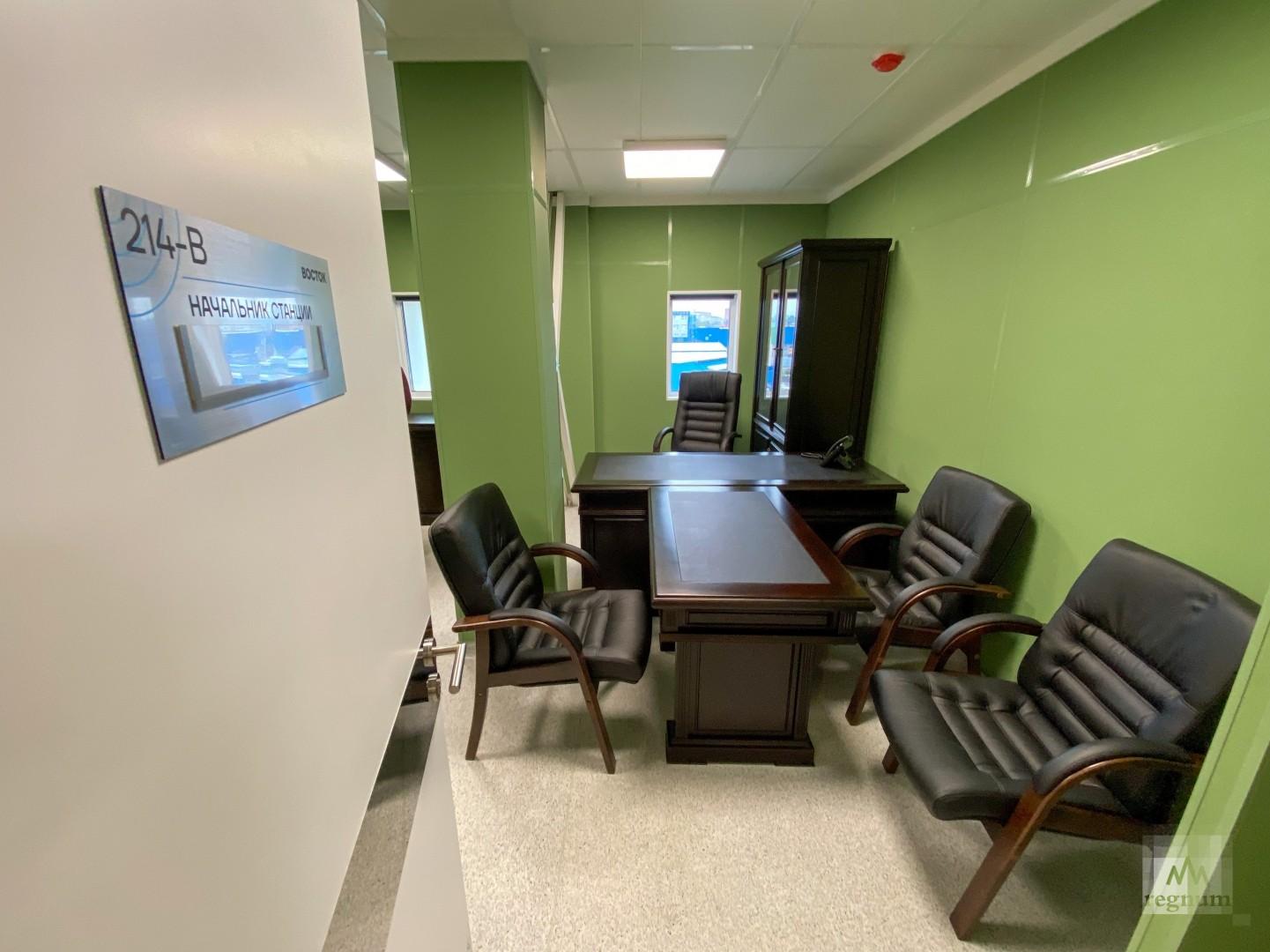 Кабинет начальника станции включает в себя переговорную и комнату для сна.