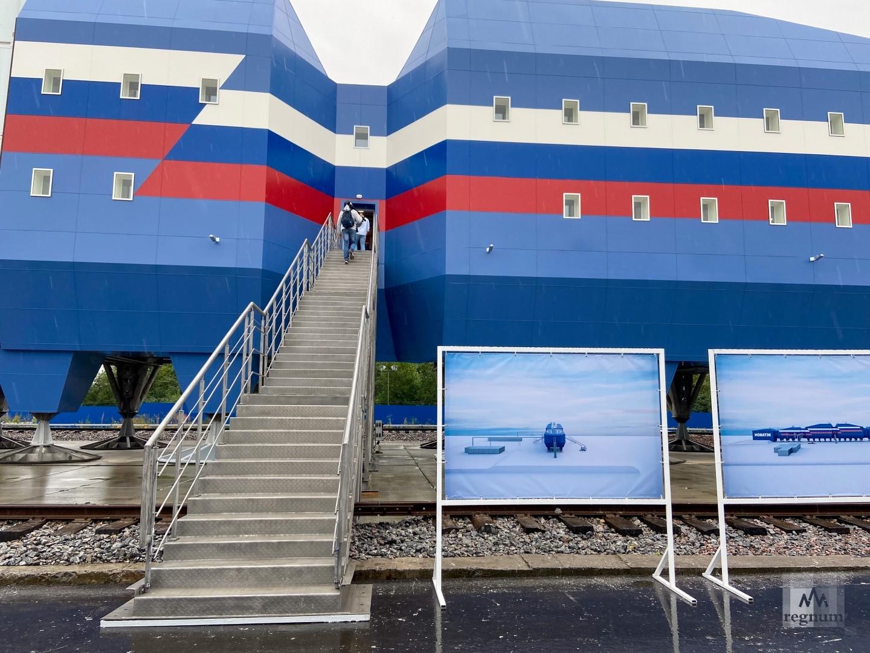 Общий вес трехэтажного комплекса — 3 000 тонн.