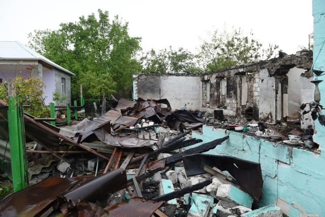 Разрушенные дома в расположенном близ линии соприкосновения селе Махризлы. 1 мая 2016 года