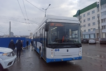 Троллейбус, следующий по маршруту № 100