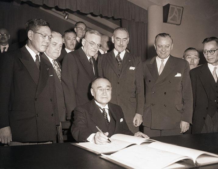 Премьер-министр Японии Сигэру Ёсида подписывает Сан-Францисский мирный договор. 1951