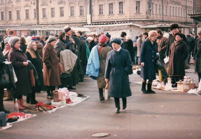 Россия 1990-х. Граждане бывшего СССР на улице продают свое имущество