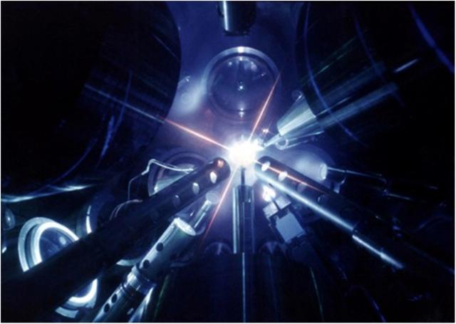 Микровзрыв лазерного термоядерного синтеза. Фото министерства энергетики США