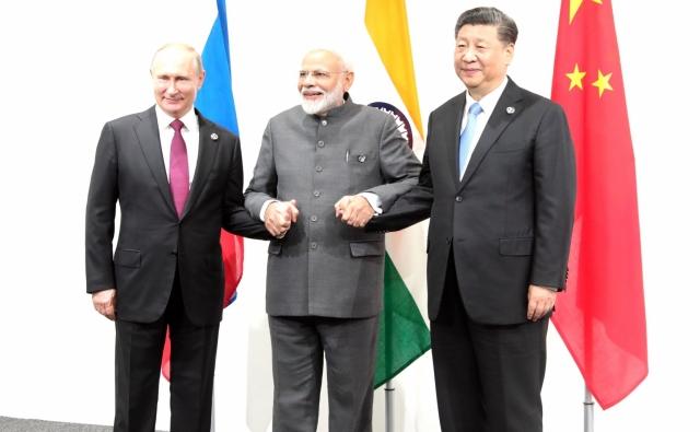 Владимир Путин, Нарендра Моди и Си Цзиньпин перед началом встречи в формате Россия – Индия – Китай