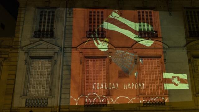 Белорусская антиправительственная пропаганда на фасаде здания посольства Литвы во Франции