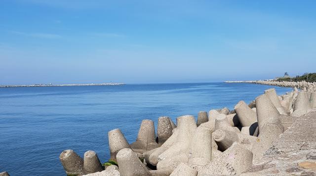 Волнорезы на набережной в Балтийске