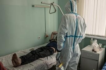 Врач в палате пациента, переболевшего COVID-19