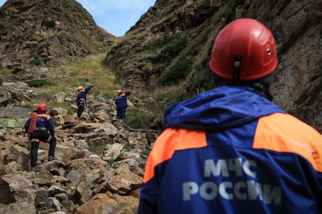 Спасатели КБР спустили вниз туристов, заблудившихся в горах