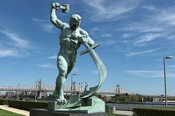 Евгений Вучетич. Аллегорическая статуя «Перекуём мечи на орала», установленная у здания ООН в Нью-Йорке