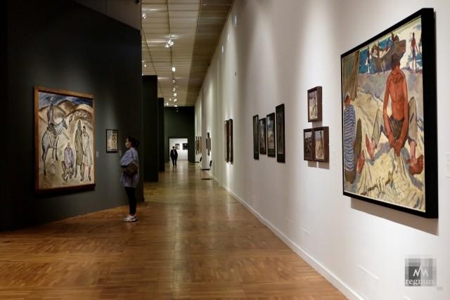 Посетители на выставке «Никоновы. Три художника»