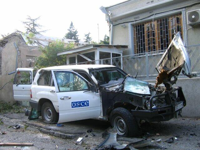 Повреждённый автомобиль у здания миссии ОБСЕ в Цхинвале. 2008