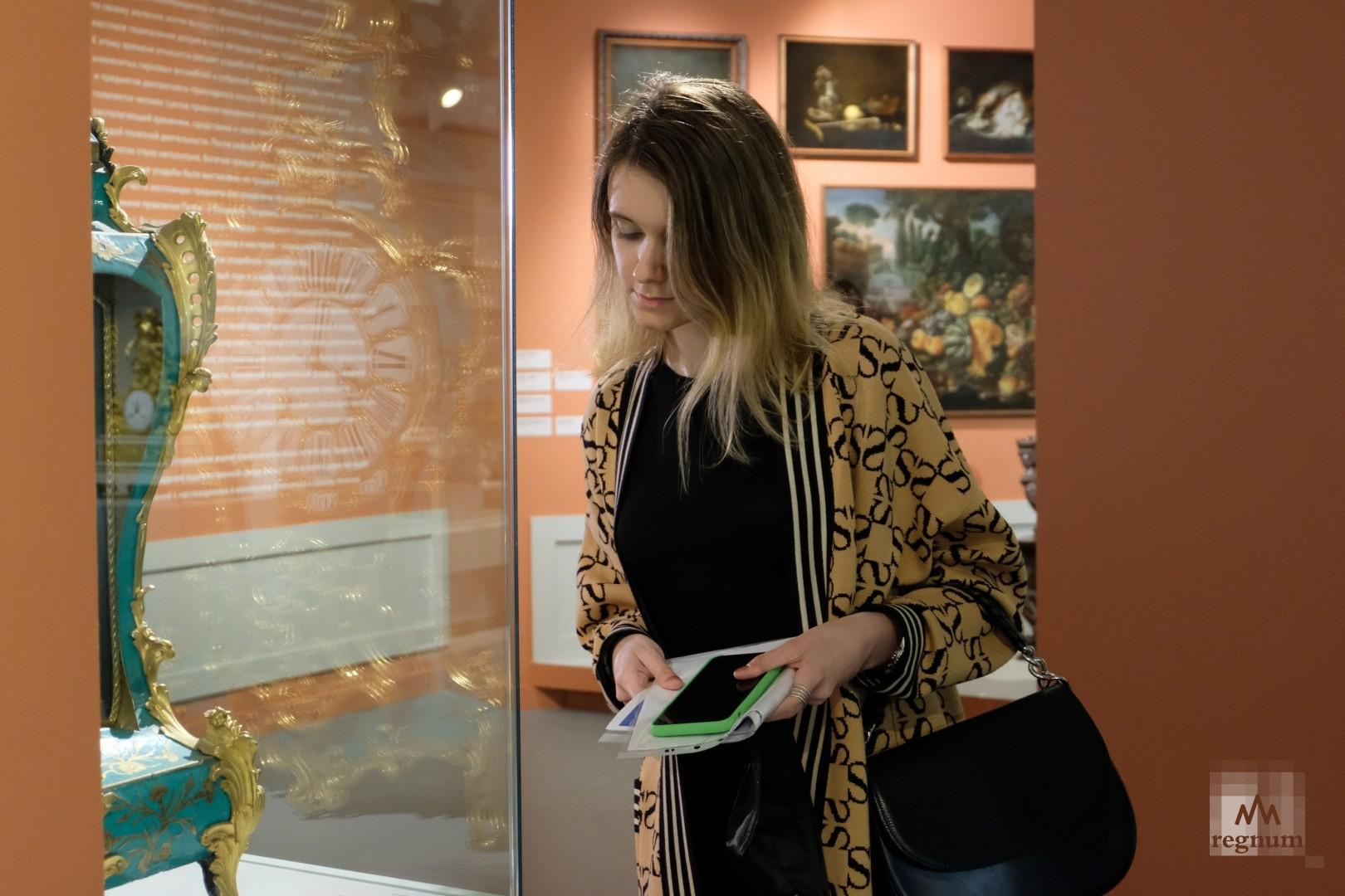 Посетители на выставке «Возвращение в усадьбу»