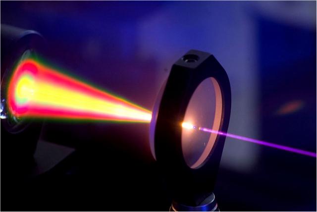 Луч фемтосекундного импульсного лазера на кристалле иттрий-алюминиевого граната, сфокусированый до 800 нм