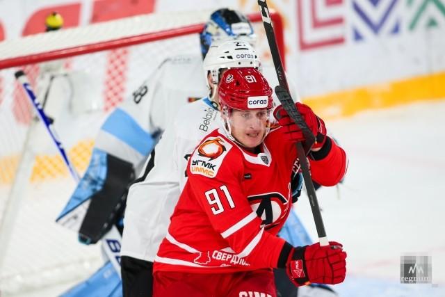 Алексей Макеев борется перед воротами