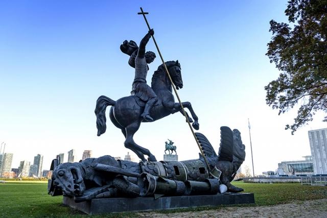 Скульптура, изображающая Святого Георгия Победоносца, поражающего дракона, создана с использованием фрагментов советской ракеты СС-20 и американской ядерной ракеты Pershing