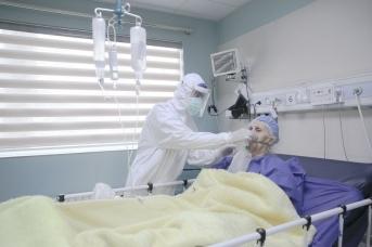 Врач и женщина больная COVID-19. Иран