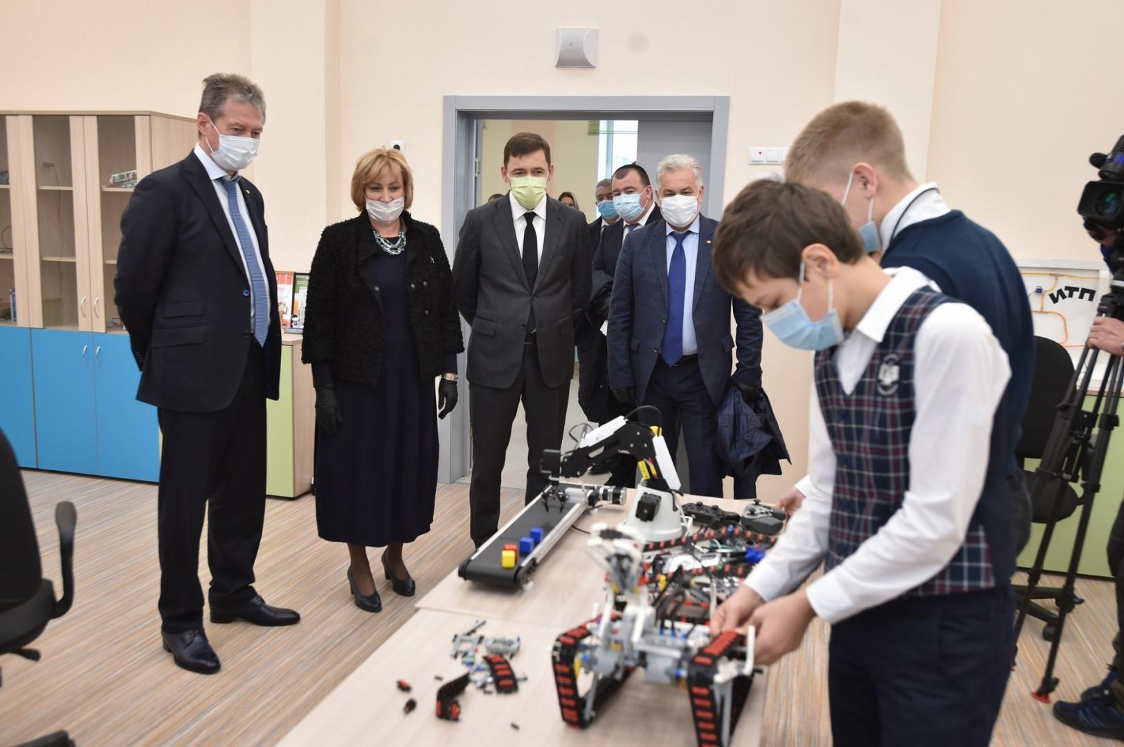 Куйвашев и Козицын посетили одну из самых крупных на Урале школ