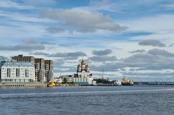 Набережная Архангельска со строящимся Михайло-Архангельским собором и жилыми домами