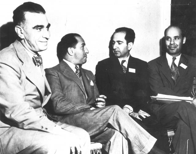 Советник иранской дипломатической миссии в Вашингтоне А. Дафтари, управляющий директор Национального банка Ирана Абель Хасан Эбтехадж, консул Ирана в Нью-Йорке Хоссейн Наваб и член Иранской торгово-экономической комиссии в Нью-Йорке Таги Наср на конференции в Бреттон-Вудсе, 8 июля 1944 года