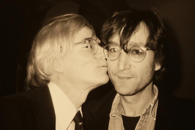Энди целует Джона Леннона