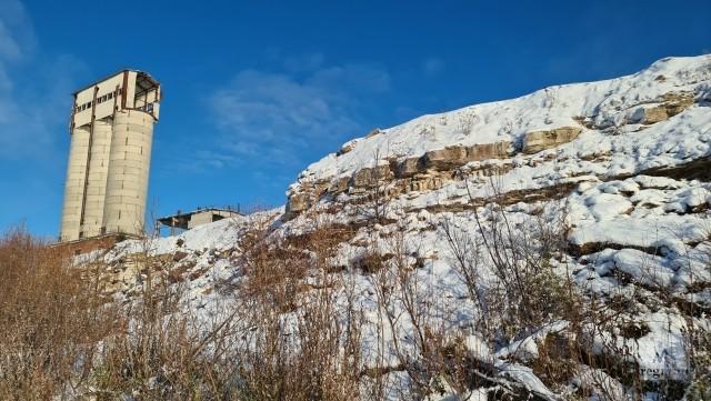Башня-хранилище известняковой муки бывшего карьера Орлецы и древние каменоломни на берегу Северной Двины, где 700 лет заготавливался камень для строительства на Русском Севере
