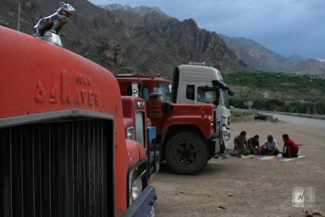 На иранском берегу Аракса. Азербайджанские дальнобойщики перед дорогой в Армению