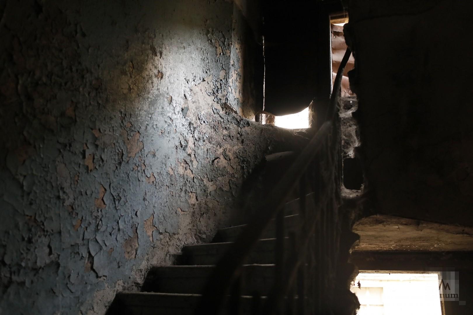 Лестница соседнего дома, требующего капитального ремонта