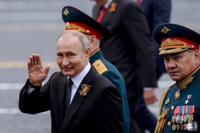 И Ленин - такой молодой! И йуный Гайдар впереди!