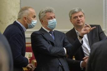 Юрий Бойко (в центре)