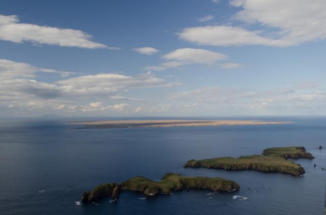 Остров Зорге (на переднем плане слева) в группе островов Дёмина Малой Курильской гряды. Правее остров Ялта (Ялтинской конференции) На заднем плане остров Зеленый. 2017 год