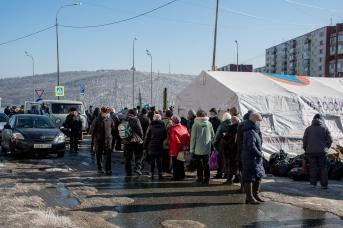 Очередь за горячей едой на улице Окатовой