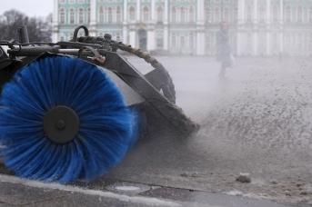 Снегоуборочная техника на Дворцовой площади