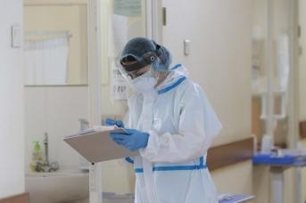 Медицинский работник в инфекционной больнице в Армении