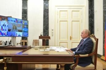 Владимир Путин проводит совещание с членами правительства в режиме видеоконференции