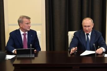 Владимир Путин с Германом Грефом в ходе основной дискуссии конференции по искусственному интеллекту Artificial Intelligence Journey