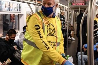 Раздача медицинских масок в нью-йоркском метро
