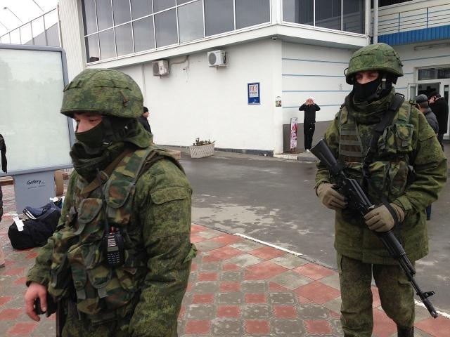 Вежливые люди у входа в аэропорт в Симферополе. Крым, 28 февраля 2014 года