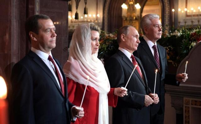 Владимир Путин и Дмитрий Медведев и Сергкй Собянин на пасхальном богослужении. 2017